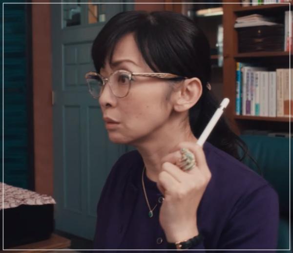 QUEEN[3話]斉藤由貴の洋服!メガネにイヤリング!ブシュロンも!13