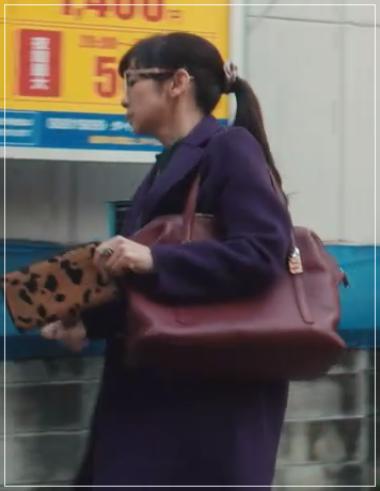 QUEEN[1話]斉藤由貴のかわいい衣装!財布に指輪!コートにピアス14
