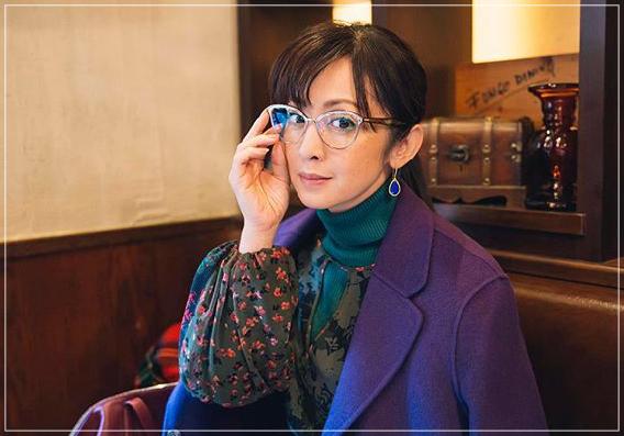 QUEEN[3話]斉藤由貴の洋服!メガネにイヤリング!ブシュロンも!noname8