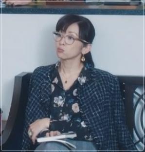 スキャンダル専門弁護士QUEEN[7話]斉藤由貴ドラマの衣装!メガネにスカート2