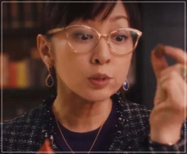 スキャンダル専門弁護士QUEEN[6話]斉藤由貴の衣装!メガネにピアスも3