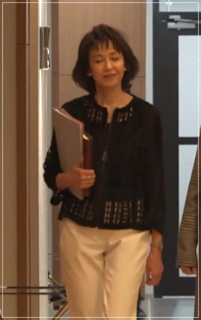グッドワイフ[6話]賀来千香子のファッション!ネックレスにコートも47