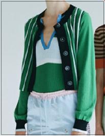 トレース[8話]新木優子のおしゃれな衣装!眼鏡にマフラーやバッグもnoname4