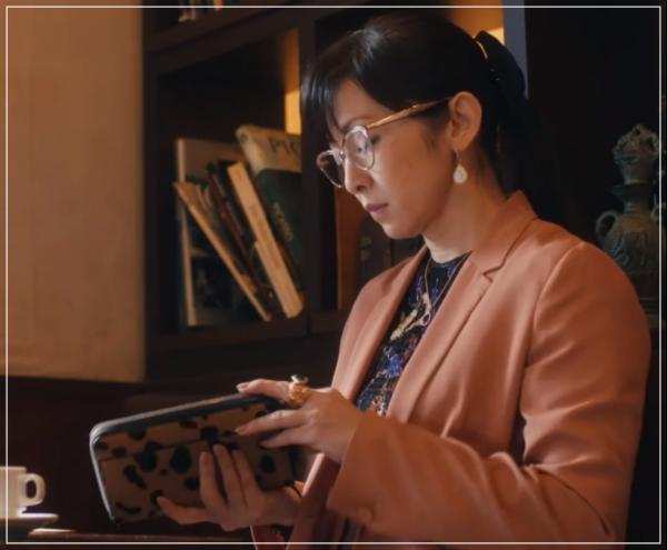 スキャンダル専門弁護士QUEEN[9話]斉藤由貴ドラマの衣装!バッグにピアス35