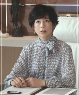 スーツ2/SUITS【8話】鈴木保奈美の衣装!ピアスなどアクセサリーやブラウスにバッグ11