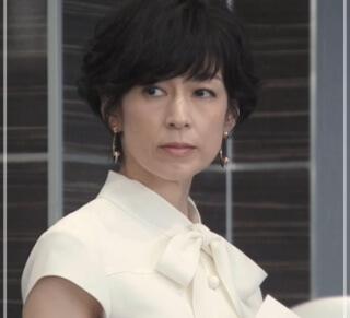 スーツ2/SUITS【8話】鈴木保奈美の衣装!ピアスなどアクセサリーやブラウスにバッグ22