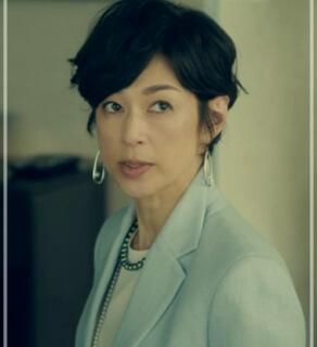 スーツ2/SUITS【8話】鈴木保奈美の衣装!ピアスなどアクセサリーやブラウスにバッグ6