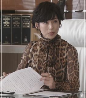 スーツ2/SUITS【9話】鈴木保奈美のファッション!指輪やティファニーのピアスにレオパード柄ブラウス!f